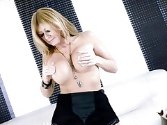 Sexy Lisa Daniels enjoys playing with her huge knockers